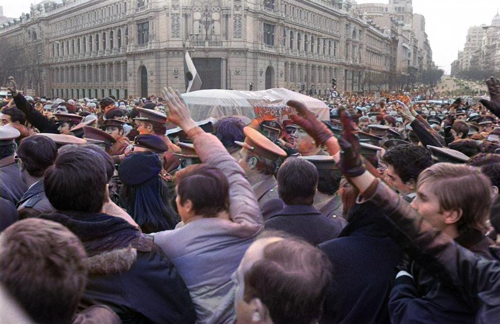 4 El entierro del gobernador militar de Madrid, el general Constantino Ortín, asesinado el 3 de enero de 1979 a la puerta de su domicilio, se transformó en una manifestación contra el sistema democráti