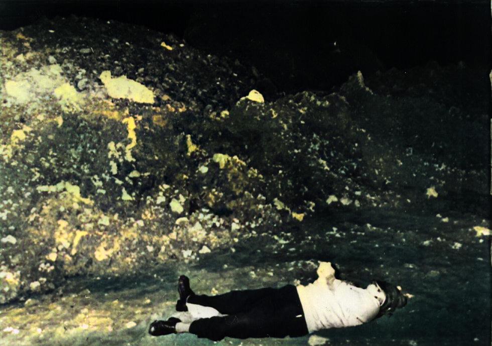 6 El cuerpo de Alfredo Ramos Vázquez, de 52 años, propietario de un bar en Barakaldo (Bizkaia), aparece el 23 de enero de 1980 amordazado junto a cinco casquillos 'Parabellum', munición utilizada hab