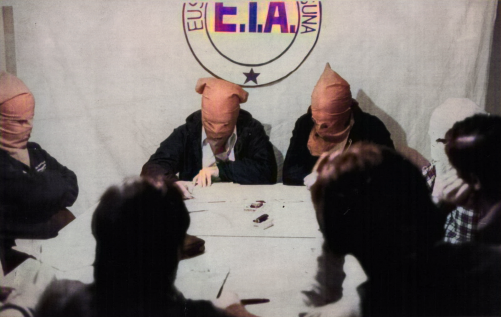 7 Miembros de ETA encapuchados reivindican ante varios periodistas el 22 de febrero de 1980 el atentado del día anterior contra el palacio de La Moncloa.
