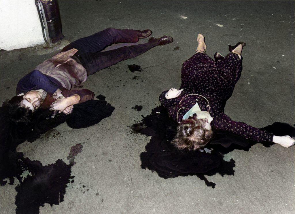 8 Beatriz Aranzábal llora sobre el cuerpo de su novio, el inspector de policía José Javier Moreno, de 25 años, asesinado a tiros en un bar de Eibar (Gipuzkoa) el 12 de diciembre de 1980.